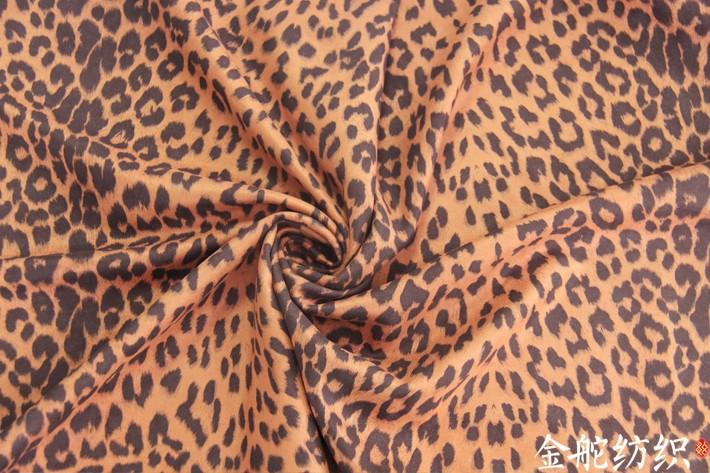 豹纹麂皮绒手感柔软,悬垂性好