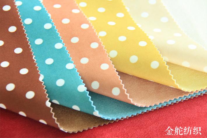 可复合印花波点针织布。可做一体正反两用的服装面料