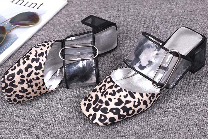 烫金豹纹麂皮绒做成的女款凉鞋,大气质感!